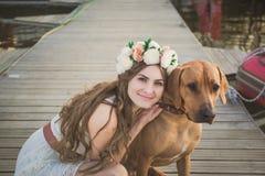 Mädchen und brauner Hund lizenzfreies stockfoto