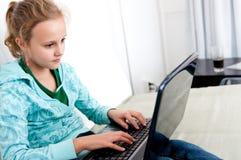 Mädchen und Computer Stockfotografie