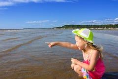 Mädchen und das Meer. Stockfotos