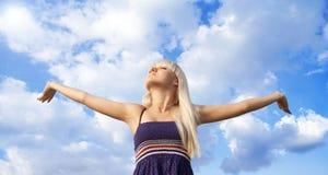 Mädchen und der Himmel Lizenzfreies Stockbild