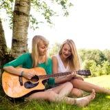 Mädchen und die Gitarre Lizenzfreie Stockfotos