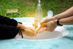 Mädchen und die Mutter waschen ihre Hände lizenzfreie stockbilder