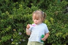 Mädchen und die Seifenluftblasen Stockfoto