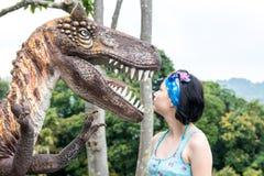 Mädchen und Dinosaurier lizenzfreie stockfotos