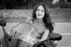 Mädchen und ein Motorrad Stockfotografie