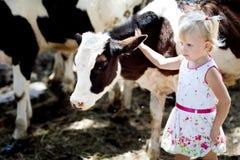 Mädchen und eine Kuh Stockbild