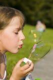 Mädchen und eine Seifenluftblase Stockfotografie