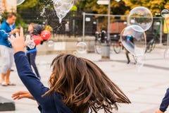 Mädchen und Explosionsblase Lizenzfreie Stockfotos