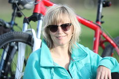 Mädchen und Fahrrad Lizenzfreie Stockfotos