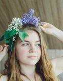 Mädchen und Flieder Lizenzfreies Stockfoto