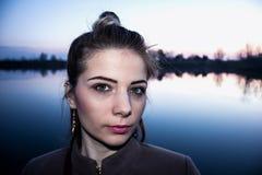 Mädchen und Fluss Stockfotografie