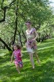 Mädchen- und Frauenim früjahr Garten Stockbild