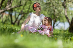 Mädchen- und Frauenim früjahr Garten Lizenzfreies Stockbild