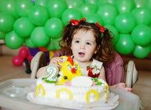 Mädchen und Geburtstagskuchen stockfoto