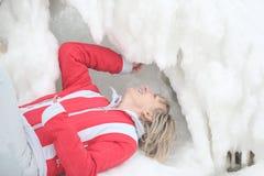 Mädchen und gefrorener Pier Lizenzfreies Stockfoto