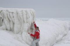 Mädchen und gefrorener Pier stockfotos