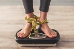 Mädchen und Gewichtsverlust lizenzfreie stockbilder