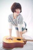 Mädchen und Gitarre Stockbild