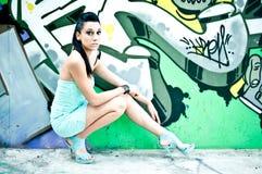 Mädchen und Graffiti Stockfotos