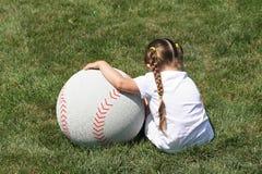 Mädchen und großer Baseball lizenzfreie stockbilder