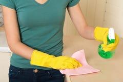 Mädchen und Hausarbeiten Lizenzfreie Stockfotos