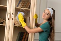 Mädchen und Hausarbeiten Lizenzfreies Stockfoto