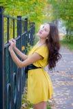 Mädchen und Herbst Stockfotos