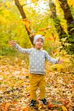 Mädchen und Herbst Blätter nave Lizenzfreies Stockbild