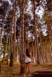 Mädchen und Holz Stockfoto