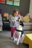 Mädchen und Hund, die mit Seifenblasen spielen lizenzfreies stockfoto