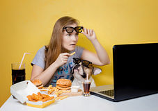 Mädchen und Hund, die Schnellimbiß essen Lizenzfreies Stockfoto