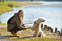 Mädchen und Hund in duckender Position stockfotos