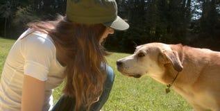 Mädchen und Hund im Park Lizenzfreies Stockfoto