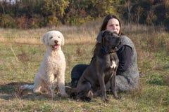 Mädchen und ihre Hunde lizenzfreies stockbild