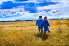 Mädchen und Junge lizenzfreie stockfotografie