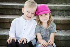 Mädchen und Junge stockbild