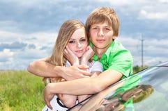 Mädchen und Junge am Auto Lizenzfreies Stockfoto