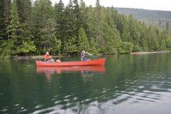 Mädchen und Junge canoeing Stockbild