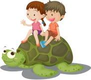 Mädchen und Junge, die auf Schildkröte sitzen Stockfotos