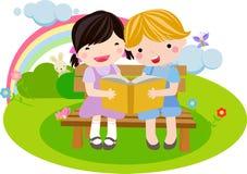 Mädchen und Junge, die das Buch lesen Stockbilder