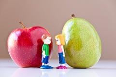 Mädchen und Junge, die gesunde Nahrung behandeln Stockbilder