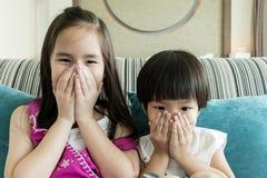 Mädchen und Junge, die herauf ihre mouthes schließen Stockfotos