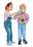 Mädchen und Junge, die im Spiegel schauen Stockbilder