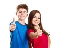 Mädchen und Junge, die okayzeichen zeigen stockfoto