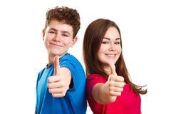 Mädchen und Junge, die okayzeichen zeigen stockbilder