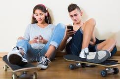Mädchen und Junge, die online Spiele spielen Stockfotos
