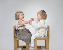 Mädchen und Junge, die plaing sind Stockbild