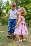 Mädchen und Junge draußen Stockfotografie