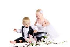 Mädchen und Junge in einem Kleid die Braut und der Bräutigam Lizenzfreies Stockfoto
