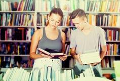 Mädchen und Junge im Buchladen Stockfotos